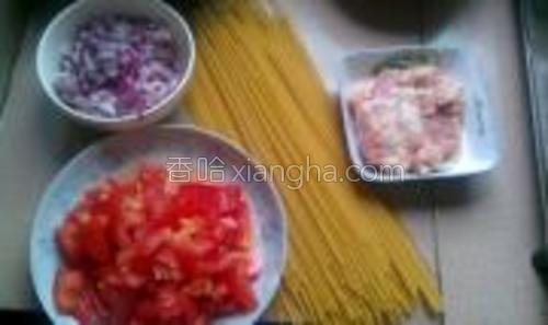意粉,洋葱,番茄,肉末(牛肉末好些,可是太贵了,哈哈哈哈)。