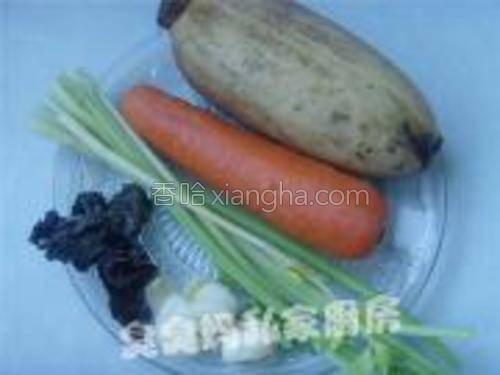 材料:藕、胡萝卜、香芹、黑木耳、百合<br/>调味:水淀粉、盐、鸡粉各适量。