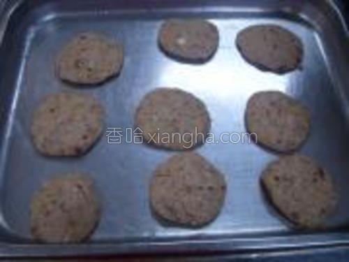 把面团捏成小团压成小块的饼干。