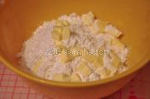 将A所有材料混合,将B的40g黄油冷冻状态切成小丁,加入A的混合物。