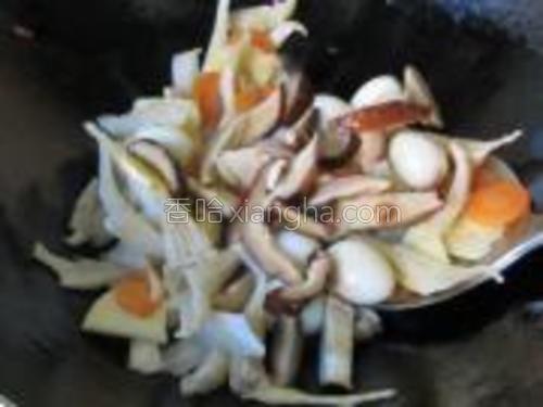 加入两种菌菇一起拌炒后加适量食盐