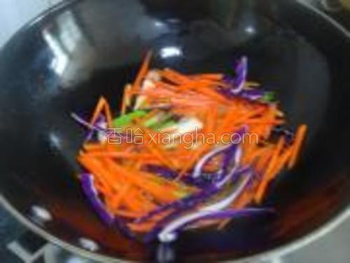放入胡萝卜调入盐略炒软身。