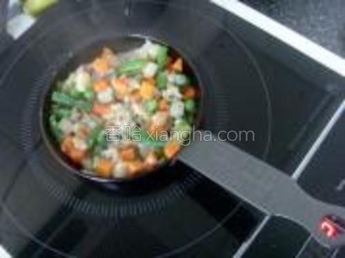 锅里给橄榄油,将蔬菜,肉馅和葱炒香。