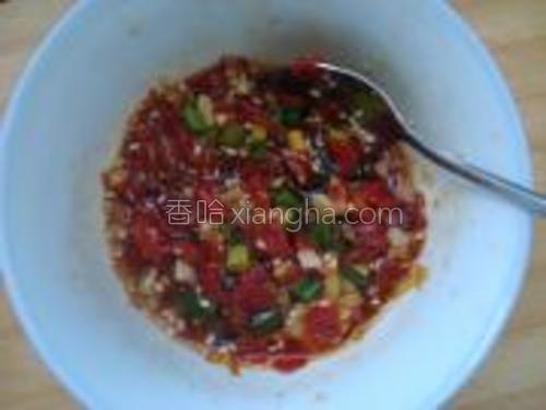 调入酱油、醋、辣椒油、葱花拌匀。