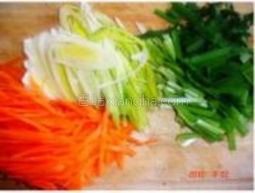 大葱红萝卜切丝、韭菜切段。