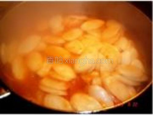 锅里再倒入橄榄油开始炒年糕,炒的过程要加水以免粘锅,炒得差不多的时候调入甜辣酱继续炒。