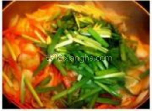 当水快炒干的时候就陆续倒入葱丝红萝卜丝翻炒,然后放少许盐熄火之前才把韭菜倒入。