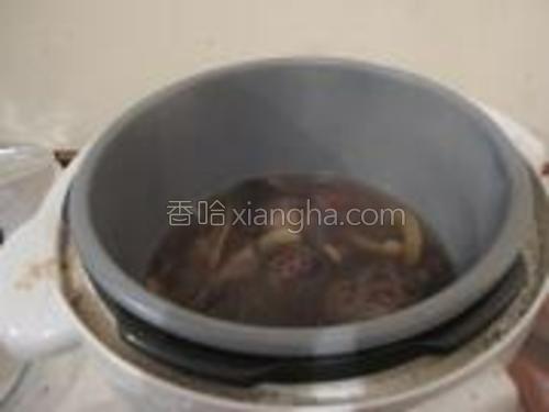 将材料移到电压锅中,煲30分钟即可。