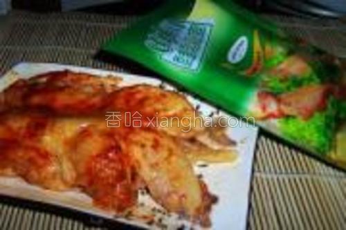 捞出控干水分,去掉鸡骨。在鸡腿上均匀的涂抹上烤肉料,腌制30分钟。