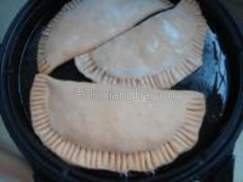 饼铛刷油遇热后放入盒子生胚。