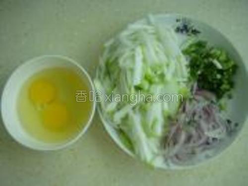 将葫芦,洋葱切丝,葱切葱花,2个鸡蛋打散。