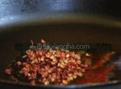汤底制作,色拉油加油(可按照口味选择用猪油或者牛油)煸炒花椒。