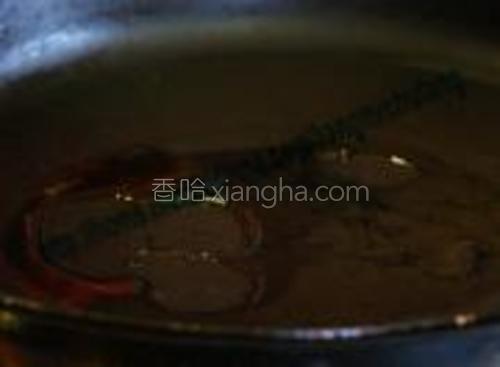 在平底锅中放入鸡油或者猪油。