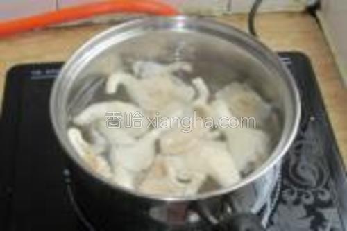 锅放适量的水煮开,把秀珍菇放进去煮。