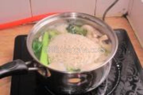 油菜一煮开接着放面条。