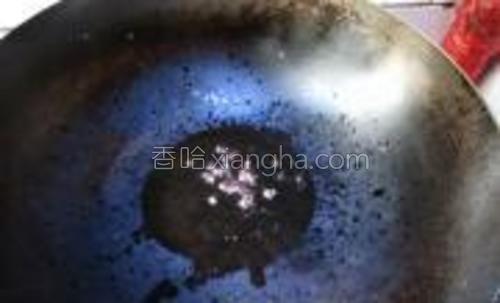 热油中小火炸香花椒后捞出。