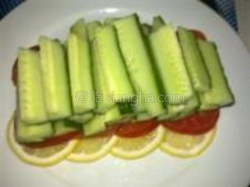 黄瓜洗净切长条整齐的码在番茄上。