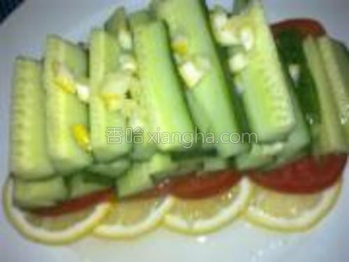 再将挤后的柠檬皮切成碎末撒在黄瓜上即可。