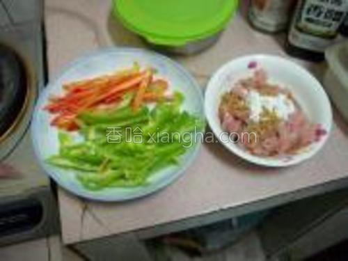 原料图,青红椒切肉,瘦肉切丝,用生抽和淀粉腌制。