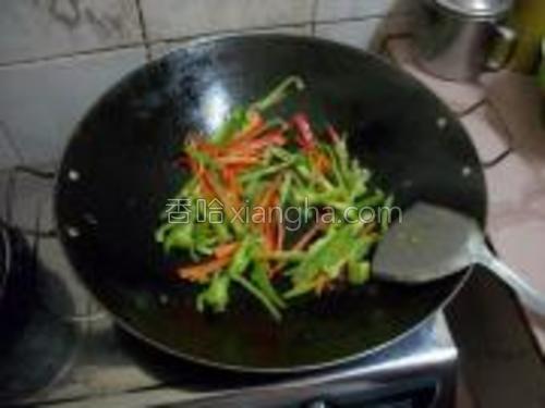 锅里下少许油,将辣椒丝炒熟备用。