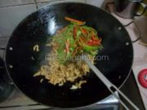 肉丝变色时下辣椒丝,略为翻炒,出锅放盐。
