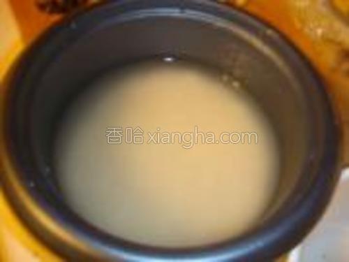 洗好米,把刚才泡香菇的水加进去,加到比平时多一点就可以了(如果水不够可以兑点凉水进去),先不要通电。