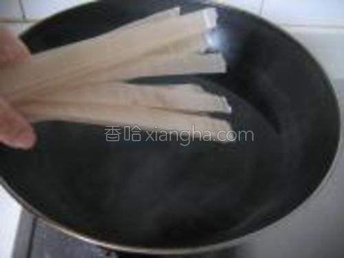 锅中水开,放入绿豆拉皮煮至7分钟,过凉水。