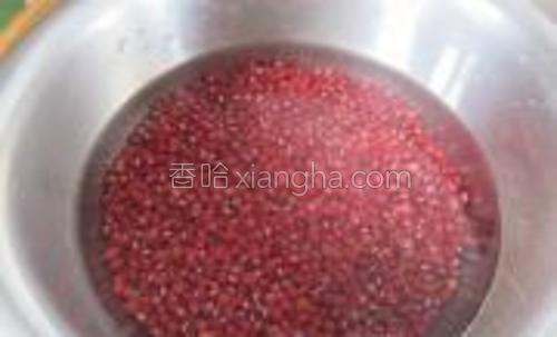 红豆洗净,放入水盖过红豆浸它3,4个小时。