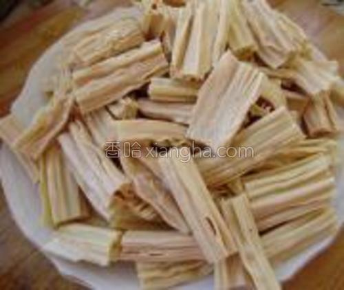 提前将腐竹用温水浸泡好,切成段,装入盘中待用。