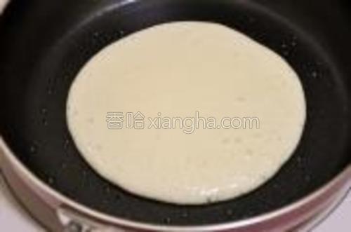 平底锅略抹油(不沾的就不用抹了哈),小火加热(我的电磁调理是170度),舀1大勺5的面糊,从约20cm高度缓缓滴入锅中->这样成自然圆形。