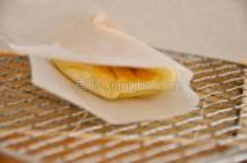 加热完成迅速将卷饼用油纸折起固定(我用玻璃胶固定的油纸),浅色在内侧。