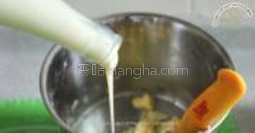 黄油室温软化,用牛油刀拌开,倒入炼乳搅拌。