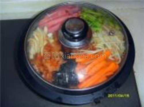 火腿和辣白菜不需要加工,将以上食材呈扇形摆入石锅内,盖锅盖小火加热3-5分钟。