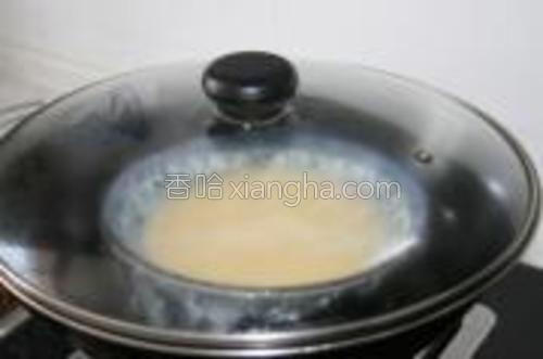 然后,盖上保鲜膜~放入锅。。。大火大概10来分钟。