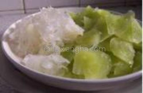莴笋切片把泡发好银耳撕成小朵。