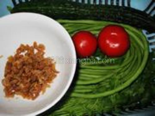 准备好虾仁、豆角、青瓜、番茄及香菜、香葱。