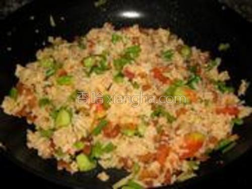将炒好的米饭和虾仁一起倒入锅内,加入适量番茄酱翻炒均匀即可。