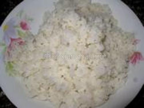 米饭炒香炒散以后盛出。
