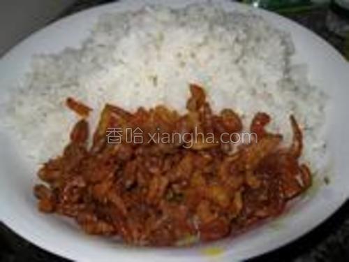 将炒好的虾仁盛出,和米饭放到一起。