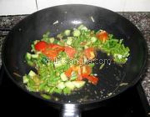 加入番茄和青瓜翻炒,加盐酱油调味。