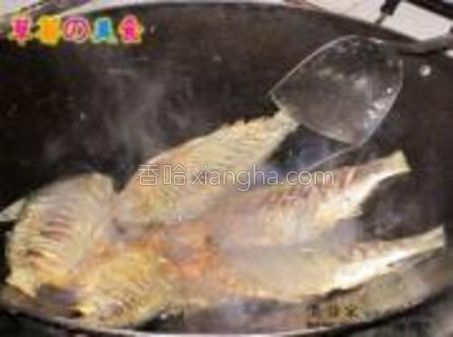 小火慢慢,使豉油味道渗入鱼身内。