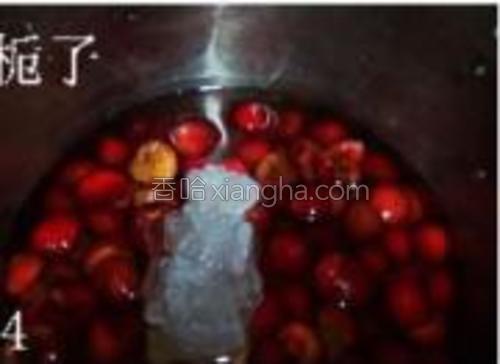 加入清水没过樱桃,加入冰糖。水开转小火。加入水淀粉,煮至汤汁粘稠挤上半个柠檬汁即可。