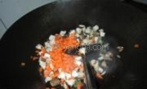 放入香菇、胡萝卜丁炒至基本熟好