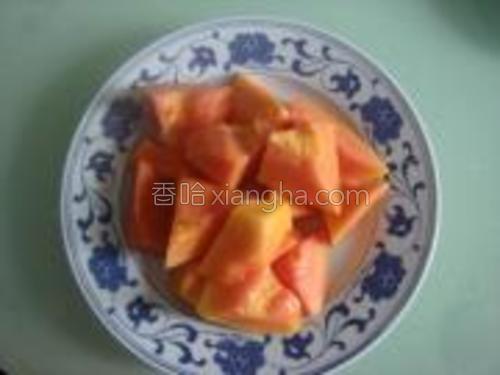 木瓜去皮去核切成块。