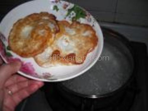 粉丝煮一小会,然后放入煎好的荷包蛋煮一小会,这样汤里会有荷包蛋淡淡的香味哦。