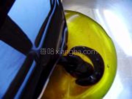 将红糖放入热水中,化开,放入色拉油中。