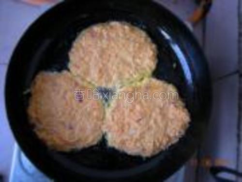 平底锅热油,舀入饼糊煎至两面金黄即可。