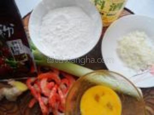 准备虾仁、面粉、面包糠、葱姜、料酒、胡椒粉、盐