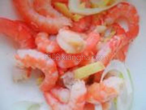 虾仁去虾线,加葱姜、料酒、胡椒粉、盐,腌制入味。