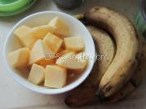 准备香蕉去皮、苹果去皮去核切块备用。